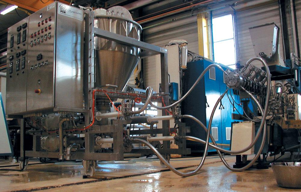 Sistema de transferencia y dosificación PCM Viscofeeder™ en el sitio de un cliente para el bombeo de productos muy viscosos