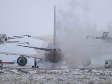 飞机在法国机场除冰