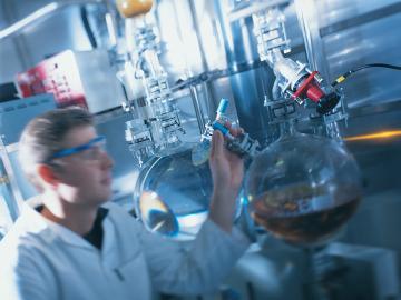 """""""兼容性的选择 流体的兼容性和通用性是化学工业在选择泵时必须考量的。特别是有些特殊的化学物料制造商要求泵能够处理有易碎成分和复杂流变性的流体。"""""""