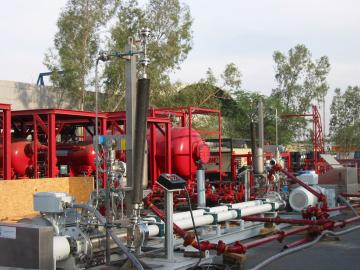 Мобильная установка для тяжелых условий эксплуатации, используемая для перекачки смеси нефти газа и воды при тестировании скважин в Абу-Даби