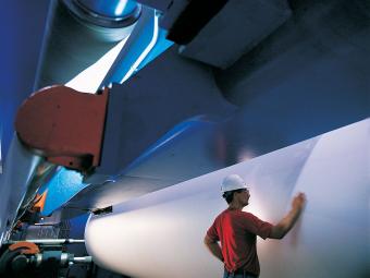 """""""稳定生产的选择 造纸工业是对生产工艺过程要求最为苛刻的产业之一。大多数生产设备要求连续不间断运行,并且任何停机的代价都可能极其高昂。此外,造纸和纸浆工厂使用大量的水,由此产生大量的污水必须严格遵守环保规章管理和处理。"""""""