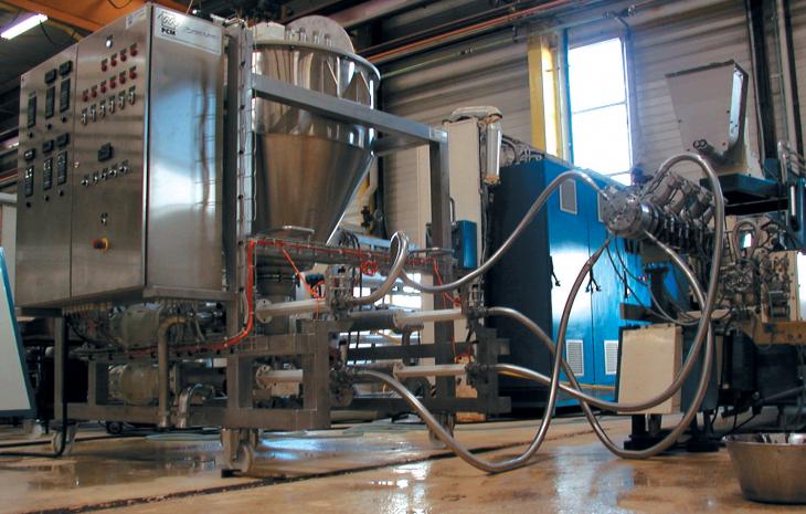 Sistema a riempimoento forzato che fornisce un accurato trasferimento e dosaggio di prodotti altamente viscosi